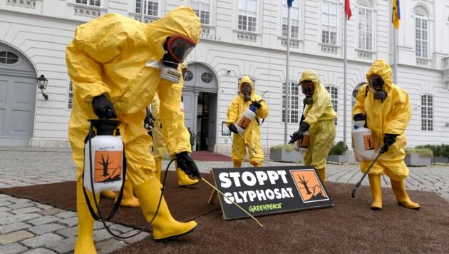 Umweltschützer warnen vor Glyphosat - das Verbot lässt aber weiter auf sich warten. (Bild: APA/ROLAND SCHLAGER)