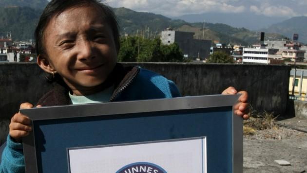 Khagendra Thapa Magar mit seinem Weltrekord-Zertifikat im Jahr 2010 (Bild: APA/AFP/Prakash MATHEMA)