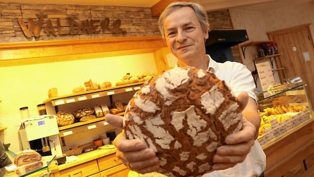 Sein täglich Brot: Clemens Waldherr (53) steht um zwei Uhr auf, um in seine Backstube zu gehen- sieben Tage die Woche. (Bild: Christian Jauschowetz)