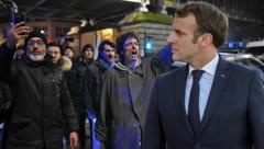 Die Polizei musste wütende Demonstranten davon abhalten, eine Theatervorstellung in Paris zu stürmen, die auch von Präsident Emmanuel Macron besucht wurde. (Bild: APA/AFP/Lucas BARIOULET, AP, krone.at-Grafik)