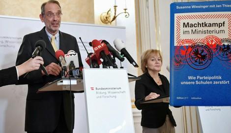 """Bildungsminister Faßmann ist über die Enthüllungen in Wiesingers Buch """"Machtkampf im Ministerium"""" irritiert und hat die Ombudsfrau des Ministeriums entlassen. (Bild: APA/HELMUT FOHRINGER, """"Krone"""", krone.at-Grafik)"""