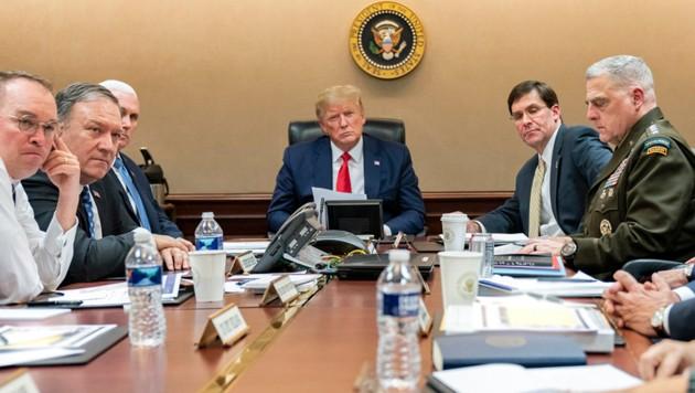 """Trump im """"Situation Room"""" im Weißen Haus (Bild: ASSOCIATED PRESS)"""