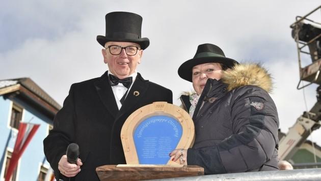 Kommissär Walter Salmer und seine Ehefrau Rosi bekamen ein Geschenk überreicht. (Bild: Holitzky Roland)