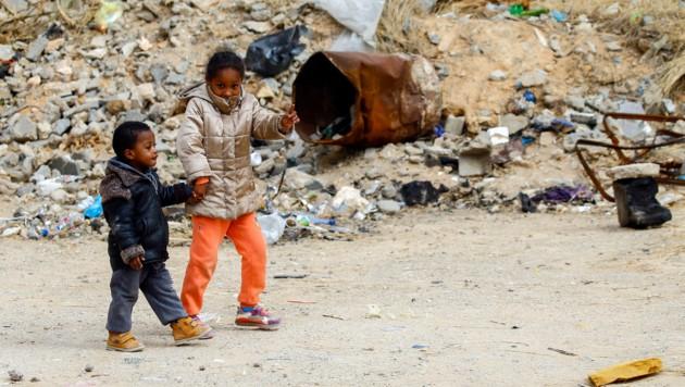 Neue Hoffnung für durch die Kampfhandlungen vertriebene Libyer, wie diese beiden Kinder in Tripolis (Bild: APA/AFP/Mahmud TURKIA)