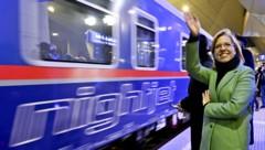 Verkehrsministerin Leonore Gewessler (Grüne) verabschiedete höchstpersönlich den ersten ÖBB-Nachtzug nach Brüssel. (Bild: APA/HERBERT NEUBAUER)