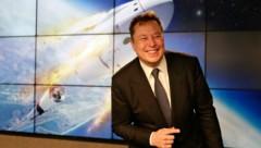 Ein sichtlich gut gelaunter Elon Musk bei der Pressekonferenz nach dem erfolgreichen SpaceX-Test (Bild: AP)