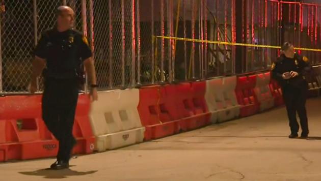 Die Polizei von San Antonio in der Nähe des Tatorts, dem Musikclub Ventura, in dem es am Sonntag zu den tödlichen Schüssen kam (Bild: Associated Press)