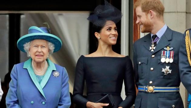 Die Queen mit ihrem Lieblingsenkel und seiner Gattin (Bild: ASSOCIATED PRESS)