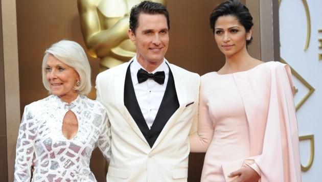 Matthew McConaughey mit Ehefrau Camila Alves und Mama Kay (Bild: AFP)
