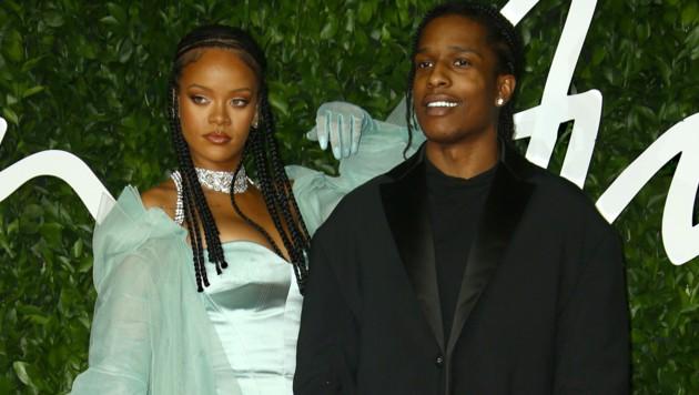 Rihanna mit ASAP Rocky am roten Teppich der Fashion Awards im Dezember 2019 (Bild: Invision)