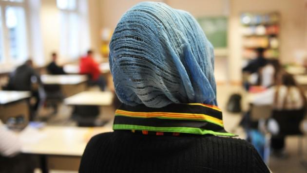 Kopftuch im Unterricht (Symbolfoto) (Bild: APA/dpa/Bernd Thissen)