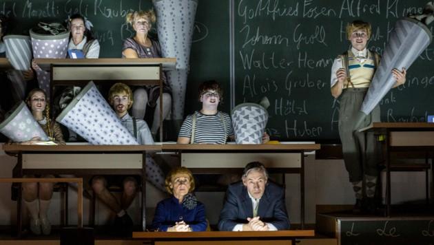 """Der """"Kosmos Schule"""" als Musiktheater: Das Publikum lauschte in der spannungsgeladenen Atmosphäre. Eva-Maria Aichner und Horst Heiss führen mit Rezitativen durch die Zeitgeschichte. (Bild: Sakher Almonem)"""