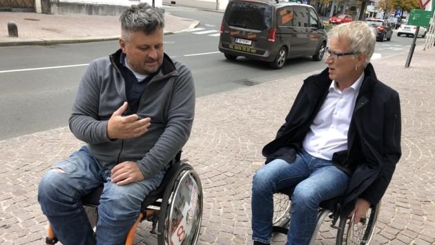 """BM Alois Oberer (r.) erkundet mit dem Sachverständigen Bernhard Gruber mit dem """"Rolli"""" die Marktgemeinde Reutte. (Bild: Daum Hubert)"""