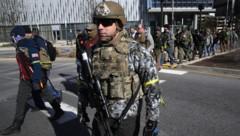Nein, das ist nicht die Nationalgarde! Das sind Demonstranten in Richmond. (Bild: APA/AFP/GETTY IMAGES/WIN MCNAMEE)