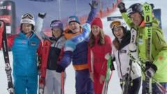 """Die Skistars fiebern mit den Familien des """"Family Night Race"""" mit. (Bild: krone.tv)"""
