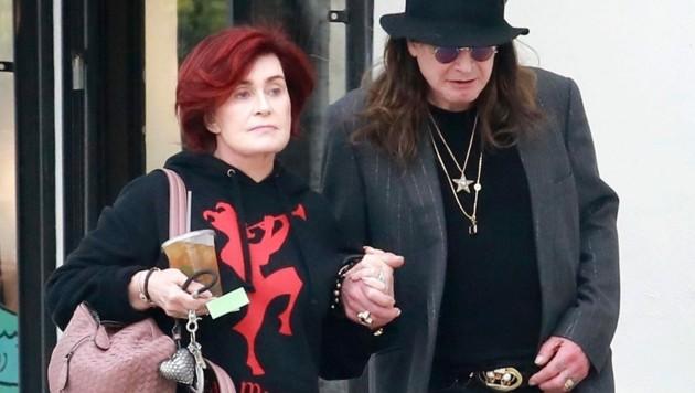 Sharon Osbourne stützt Ehemann Ozzy nach einem gemeinsamen Mittagessen in Los Angeles. (Bild: www.PPS.at)