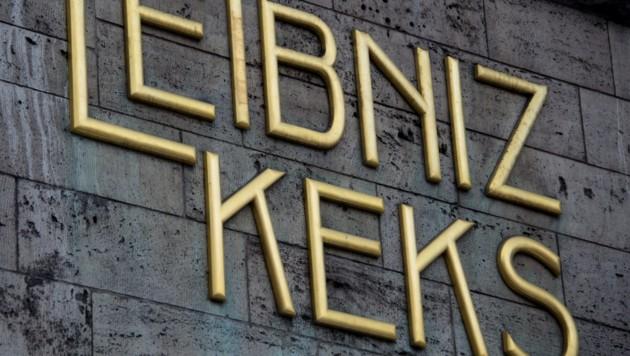 """Der goldene Schriftzug """"Leibniz Keks"""" hängt am Stammhaus des Gebäckherstellers Bahlsen in Hannover. (Bild: APA/dpa/Jochen Lübke)"""