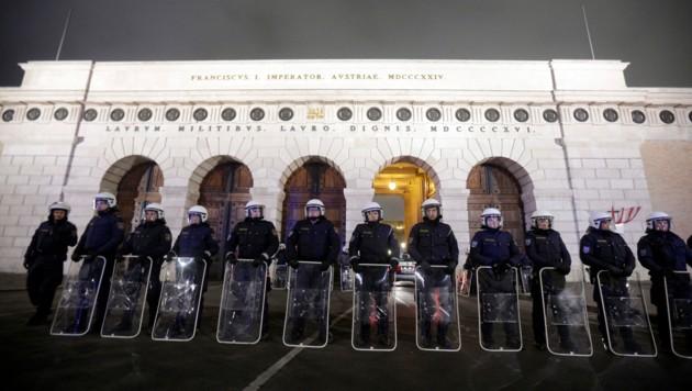 Schon vor Jahren sicherten Polizisten beim Akademikerball den Zugang zur Wiener Hofburg - heuer wird das Bild wohl ähnlich aussehen. (Bild: APA/GEORG HOCHMUTH)