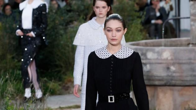 Gigi Hadid lief ebenso für Chanel über den Catwalk, der dieses Jahr bewusst schlicht gehalten wurde. (Bild: AP)