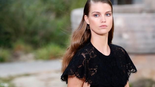 Ein Model am Laufsteg von Chanel (Bild: AP)
