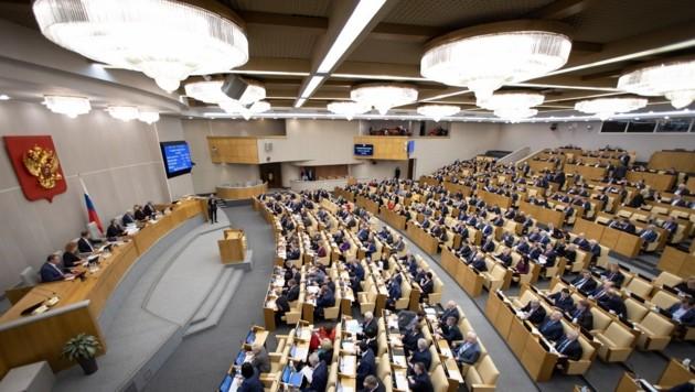 Die russischen Abgeordneten stimmten bereits in der ersten Lesung für die Verfassungsänderungen von Putin. (Bild: AP)
