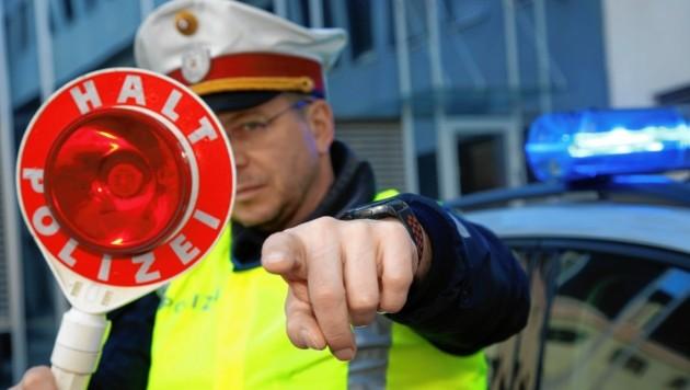 Mit 215 Stundenkilometern bretterte ein Autofahrer über die A10. Er wurde von der Polizei aufgehalten. (Bild: Uta Rojsek-Wiedergut)