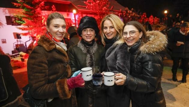 Auch Elisabeth Eder, Jennie von Moy, Sandra Abt und Karin Hettegger warfen einen Blick auf die neue Kollektion. (Bild: Tschepp Markus)