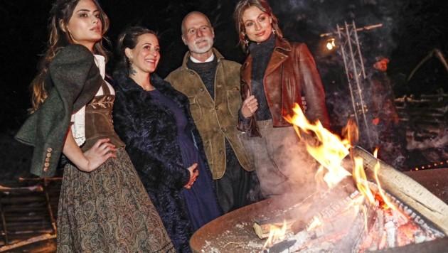 Lena Hoschek (2. v. li. )und Markus Meindl mit den Models Nicole und Chiara (Bild: Tschepp Markus)