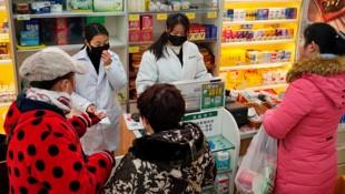 Menschen in der chinesischen Metropole Wuhan decken sich mit Schutzmasken ein. (Bild: AP)