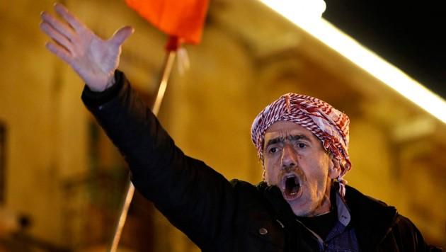 Ein Demonstrant in Beirut (Bild: AP)