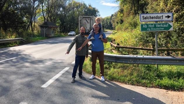 Salchendorf: Hinweistafeln werden angebracht. Die Gemeinde könnte einen Gehweg hinter der Leitschiene errichten. (Bild: Elisa Aschbacher)