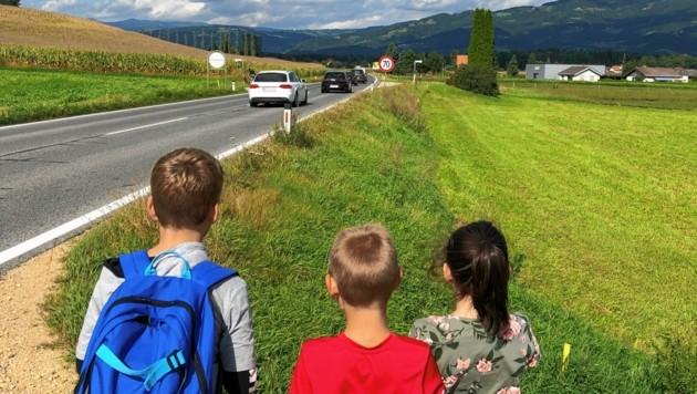 """In Wimpassing sollen Autolenker durch """"Achtung Kinder""""-Tafeln auf die Sprösslinge aufmerksam gemacht werden. (Bild: Elisa Aschbacher)"""