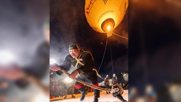 Der Weltrekord ist gelungen: Martin Hoi holt einen Heißluftballon vom Himmel. (Bild: Filzmoos Tourismus/Christian Fischbacher)