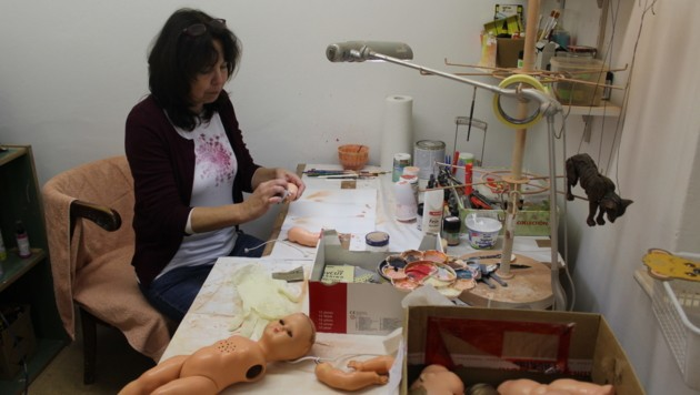 In der Werkstatt werden die Puppen wieder auf Vordermann gebracht. (Bild: Viktoria Graf)