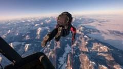 Weltrekordsprung hoch über dem Achensee: Gleitschirmflieger Mike Küng sprang in der Head-Over-Technik in 7100 Metern aus einem Heißluftballon. (Bild: Tom Klocker)