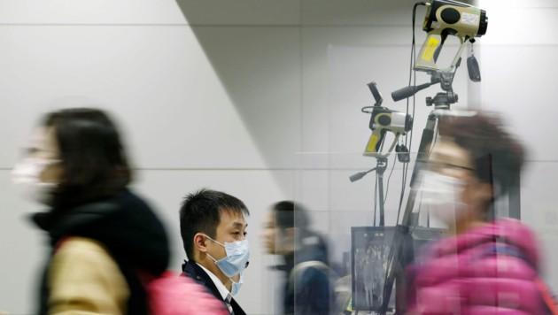 Auch auf japanischen Flughäfen wurden die Sicherheitsvorkehrungen erhöht und ein Quarantänebereich für Verdachtsfälle eingerichtet. (Bild: AP)