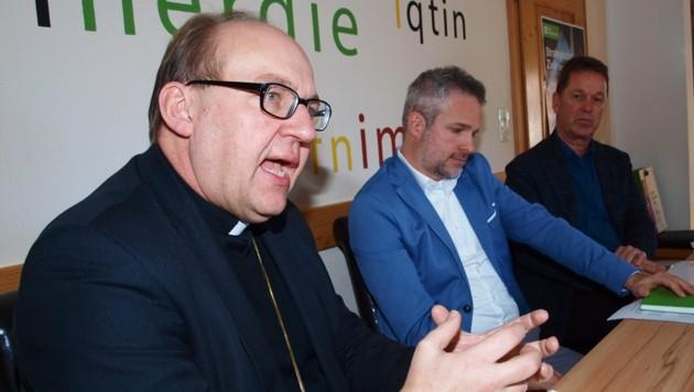Eine Seilschaft für Menschen in Not: Bischof Glettler, Wolfgang Katsch und Viktor Trager von SOS Kinderdorf. (Bild: Daum Hubert)