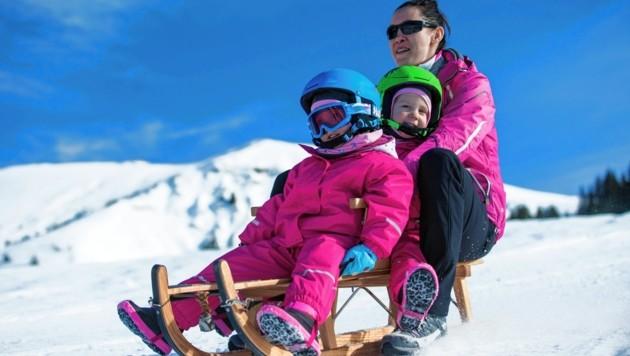 Nur zwei von drei! Alle Schlittenfahrer sollen mit Helm unterwegs sein. (Bild: stock.adobe.com)