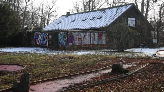 Die alte Sauna steht seit rund zehn Jahren leer und gilt als Schandfleck des Volksgartens. Nun dürften sich Fledermäuse eingemietet haben und verzögern einen Abriss. Die Stadt beginnt daher an anderer Stelle des Parks mit den Bauarbeiten. (Bild: Tröster Andreas)