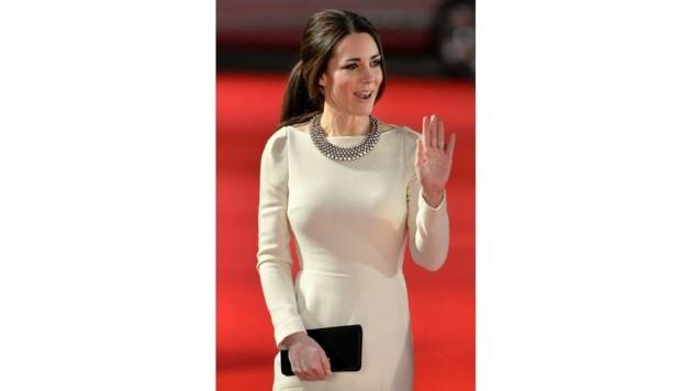 Herzogin Kate in einem Kleid von Roland Mouret (Bild: AFP)