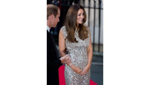 Herzogin Kate in in einem schimmernden Jenny-Packham-Kleid (Bild: AFP)