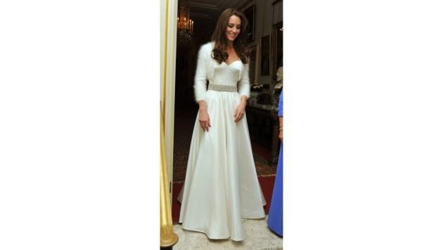 Herzogin Kate in ihrer Hochzeitsabendrobe von Sarah Burton (Bild: AFP)