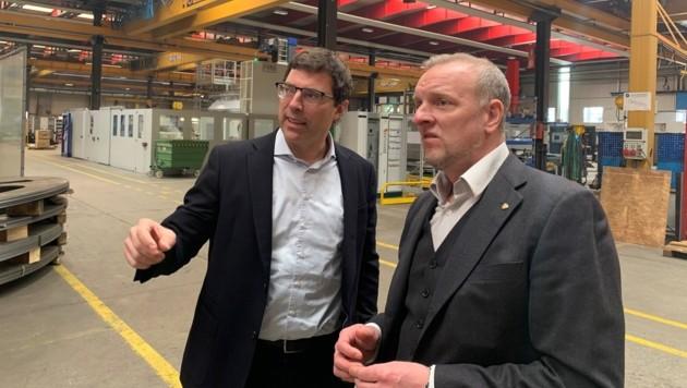 """Anton Seeber (li.) bei der Firmenbesichtigung mit Markus Gassler (Chef vom Dienst der """"Tiroler Krone""""). (Bild: Leitner)"""