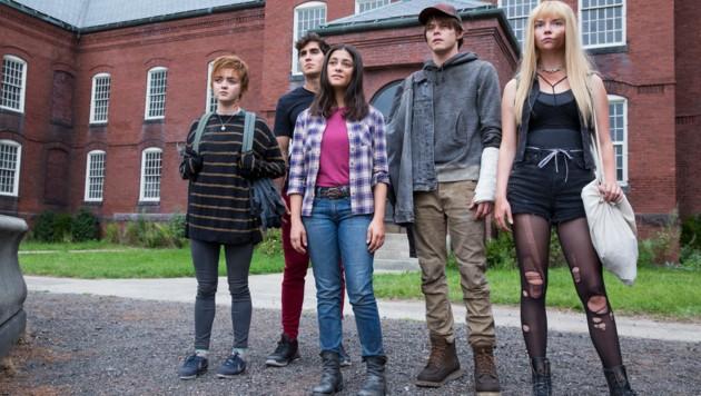 "Maisie Williams, Henry Zaga, Blu Hunt, Charlie Heaton and Anya Taylor-Joy in ""The New Mutants"""