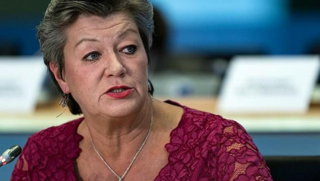 Sie hat derzeit keine einfache Aufgabe inne - EU-Kommissarin Ylva Johannson ringt um eine gemeinsame Linie der EU in Migrationsfragen. (Bild: APA/AFP/Kenzo Tribouillard)