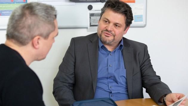 """ARZ-Geschäftsführer Michael Zoller verriet """"Krone""""-Redakteur Samuel Thurner die Tricks der modernen """"Bankräuber"""". (Bild: Christian Forcher)"""