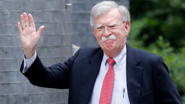 John Bolton musste im September seinen Posten räumen. Nun könnte er ein für US-Präsident Trump belastendes Comeback geben. (Bild: APA/AFP/Tolga AKMEN)