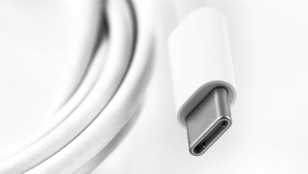 Bei so gut wie allen Smartphones außer jenen von Apple hat sich USB-C als Ladestandard etabliert. (Bild: stock.adobe.com)