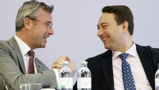 Norbert Hofer und der oberösterreichische Landeshauptmannstellvertreter Manfred Haimbuchner (Bild: APA/ERWIN SCHERIAU)