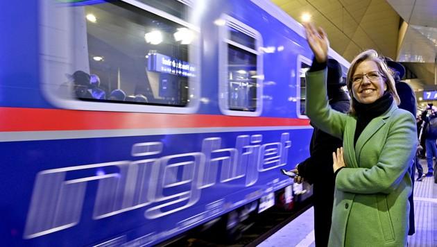 Gerne auf Schiene: Verkehrsministerin Leonore Gewessler (Grüne) im Rahmen der Premierenfahrt eines ÖBB-Nightjet von Wien nach Brüssel (Bild: APA/Herbert Neubauer)